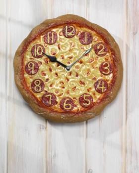 Pizza er kun fetende når du spiser det klokka 20.01, men ikke klokka 19.59, da er det slankende...(ja, jeg tuller)